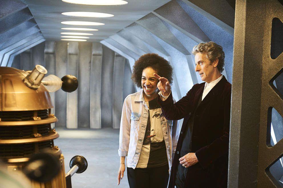 Le Doctor présente un Dalek à sa nouvelle compagne. (Image trouvée sur telegraph.co.uk)