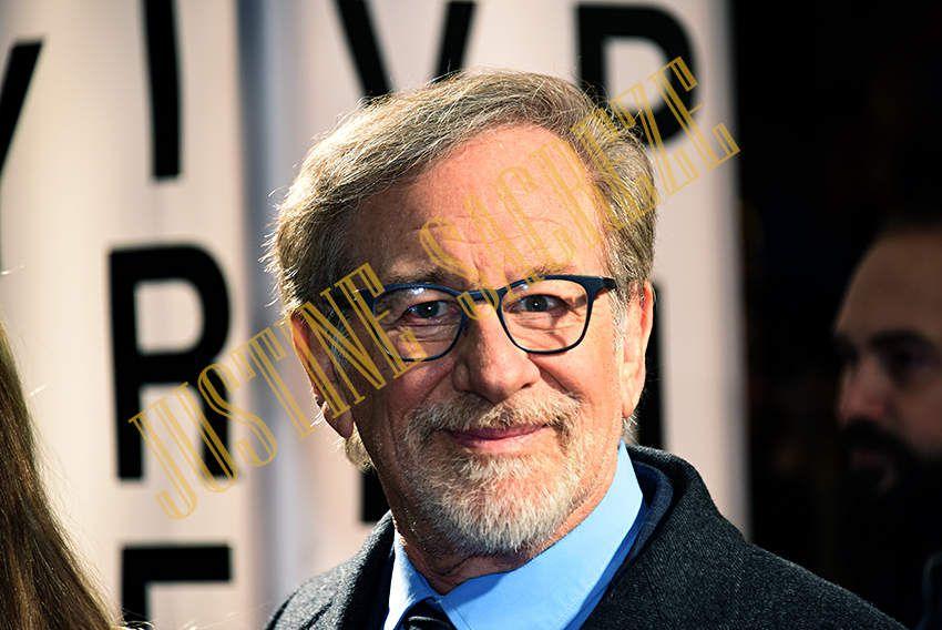 Steven Spielberg a quand même eu la gentillesse de regarder ses Fans et de les saluer.