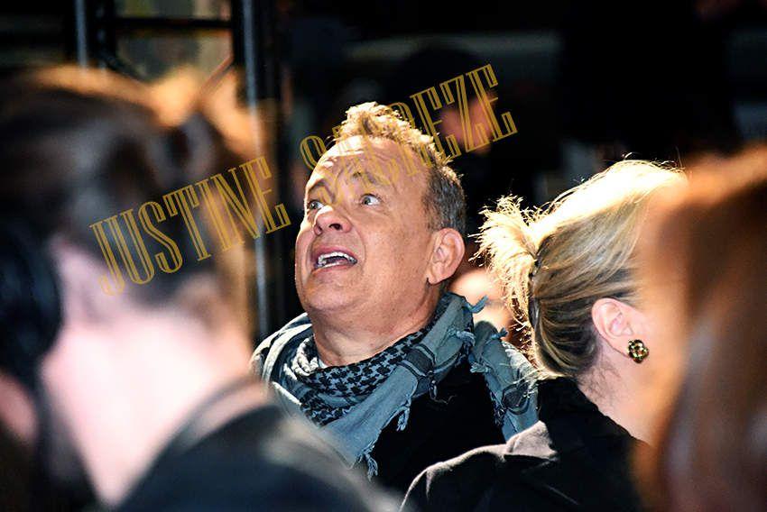Tom Hanks regarde partout autour de lui, mais pas là où il aurait fallu...