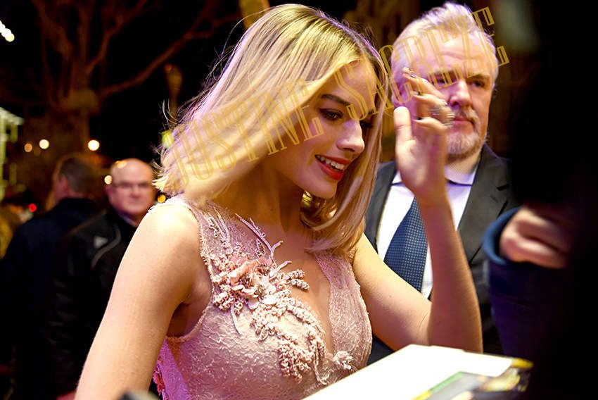 Margot Robbie est prête à enchainer les autographes.