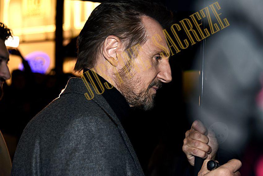 Liam Neeson arrive posé et demeure pensif tout du long de son trajet jusqu'au cinéma.
