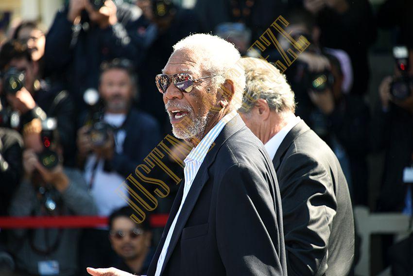 Signature du livre d'or, Morgan Freeman immortalise son nom.