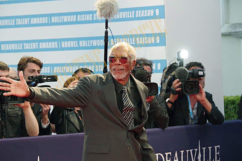 Morgan Freeman offre un baiser collectif !