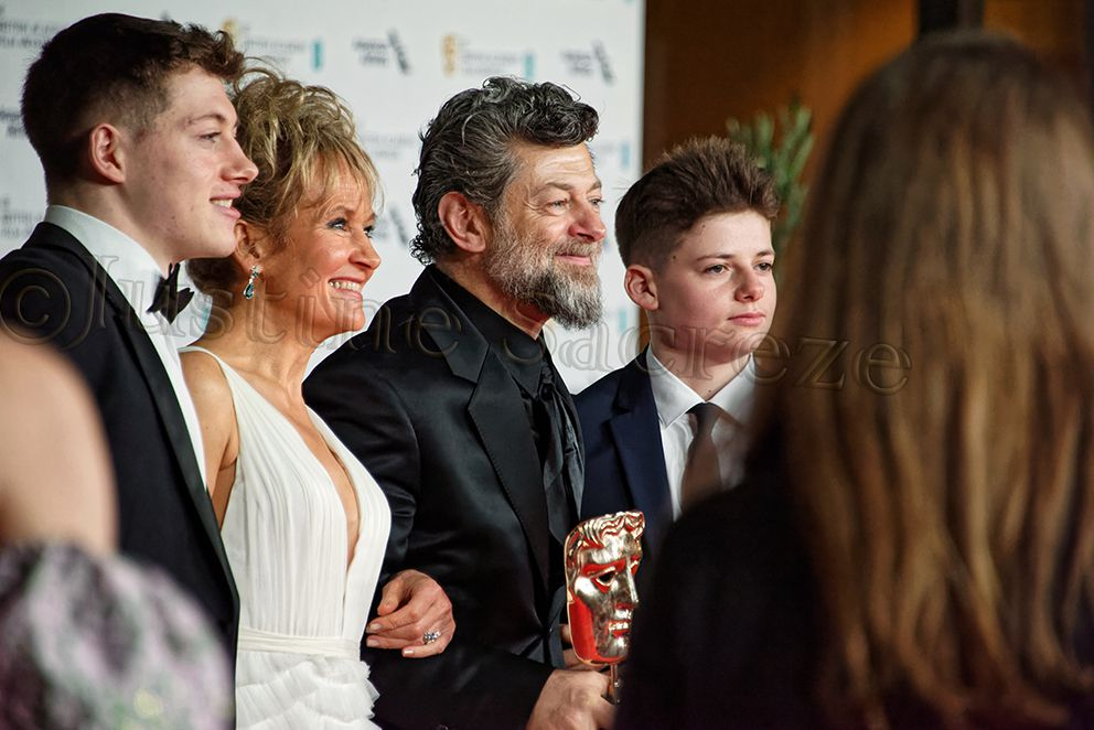 """La famille Serkis présente pour célébrer la consécration du """"Patriarche"""" ! Lorraine Ashbourne, Ruby, Sonny et Louis Ashbourne Serkis entourent leur père et mari."""