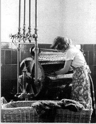 LAVER SON LINGE - La machine à laver est une invention de Jacob Christian Schäffer (1718 -1790), mais le premier brevet relatif à une machine à laver a été déposé le 31 mars 1797 par l'Américain Nathaniel Briggs dans le New Hampshire. La laveuse à rouleaux est inventée en 1843 par John E. Tarnboler à Saint-Jean, au Nouveau-Brunswick. En 1866 apparaissent, en Angleterre, les premières machines à laver mécaniques fonctionnant à manivelles. L'américain Alva John Fisher dépose un brevet concernant une machine à laver à moteur électrique en 1910. En France, on présente à la Foire de Paris de 1930 la première machine à laver à moteur électrique dont l'utilisation se développe dans les années 19604.  En 1937 est inventée la première machine semi-automatique par Rudique. Les années 1960 voient apparaître les premières machines (LADEN), où l'essorage est obtenu par la force centrifuge au sein du tambour