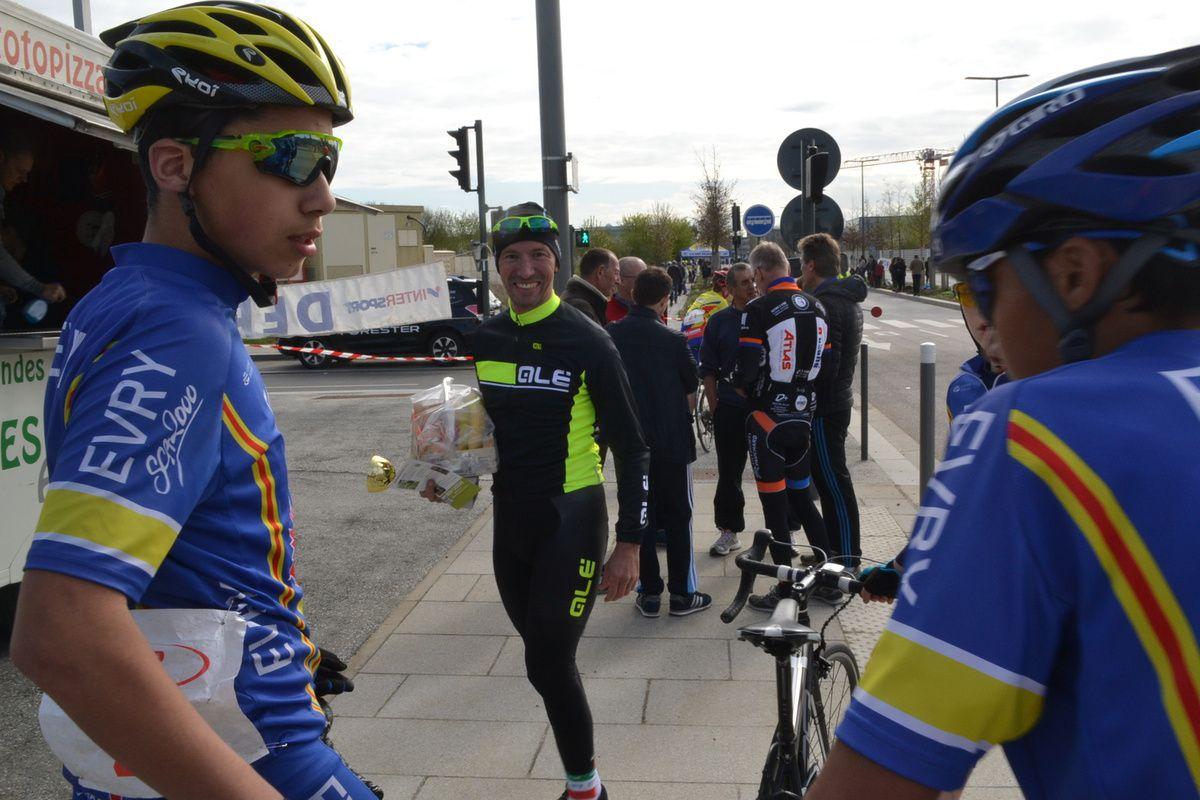 Les jeunes attentifs avant les minis-sprint.