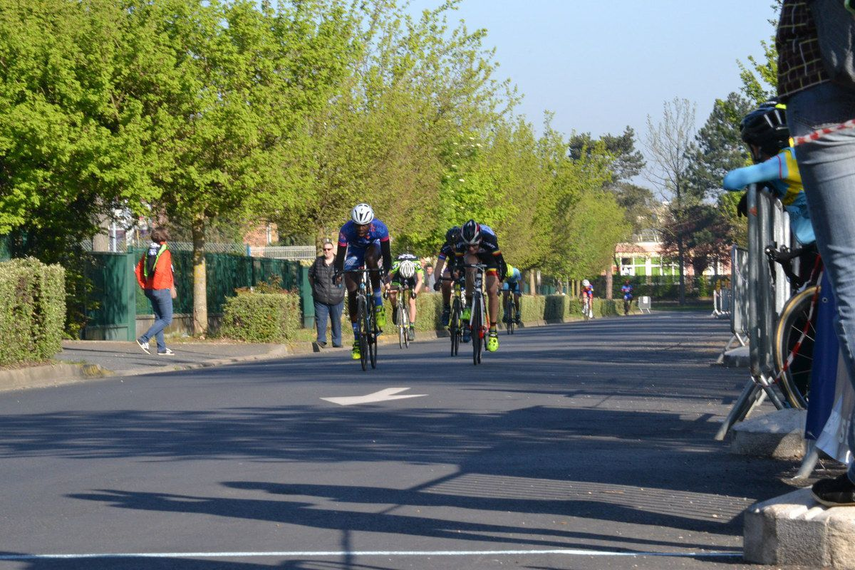 Pour la 6è place, Joris INAPOGUI (T 94 Cycling) devant Julien MAREC (ABC)