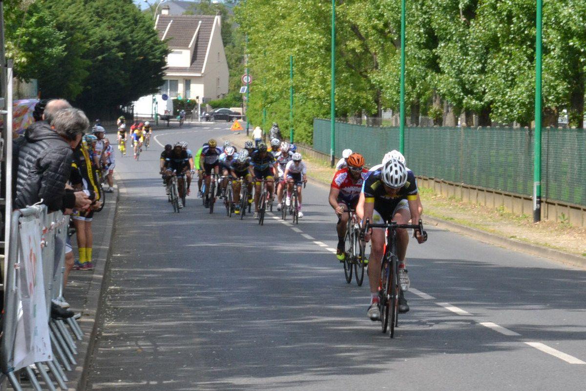 """Le dernier tour des """"3è catégorie"""", avec Charlotte NIDERCORNE (TCM) et Laurent CAPRON (ES Persan) qui chutera au sprint (incident mécanique)"""