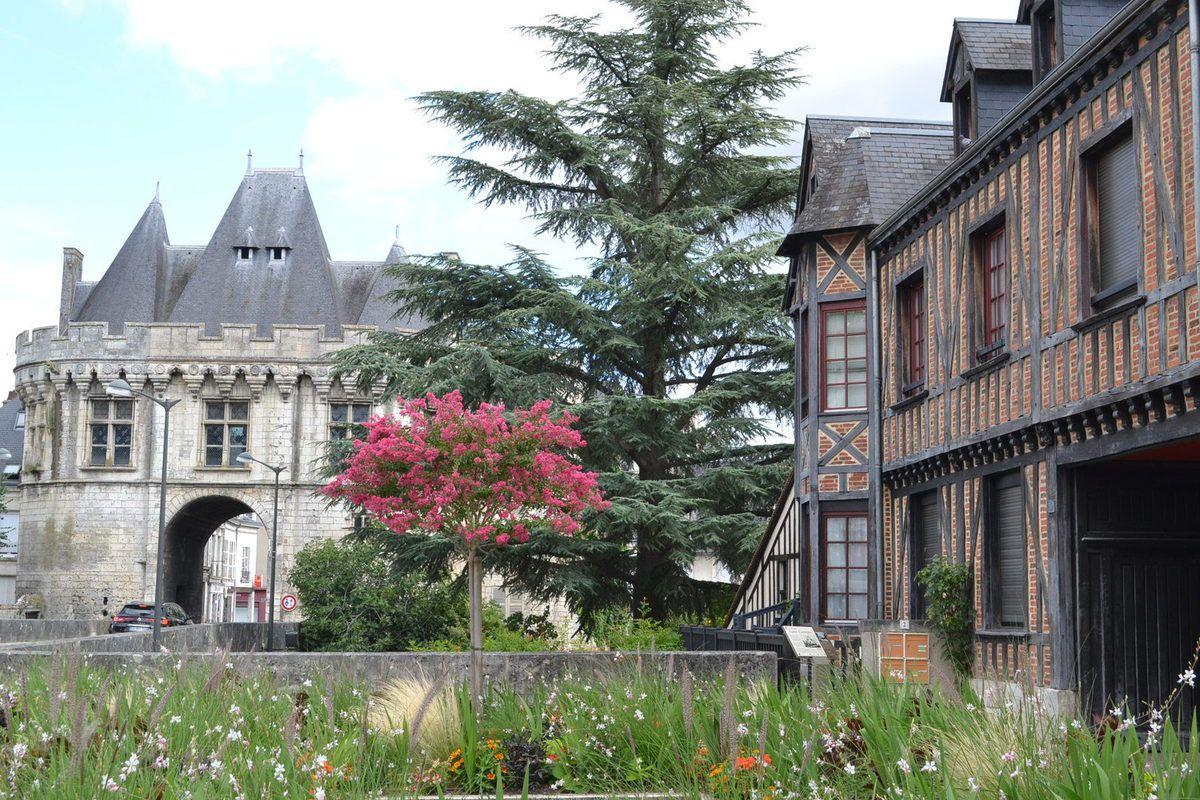 """VENDOME commune où le tournage a eu lieu - dans la série """"VILLE-GRAND"""""""