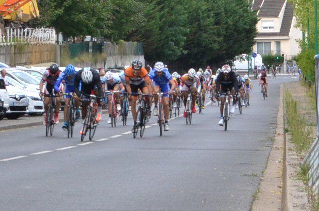 Sprint pour la 3è place. Fred LONGFORT (GV), 3è devant Patrick JOUAS (AC Orsay) 4è.