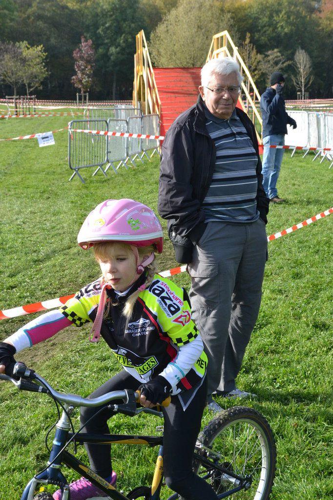 """Raymond PLAZA (Président du CSM Puteaux) accompagne ses petits coureurs aux couleurs de """"Stéphane PLAZA immobiler)"""