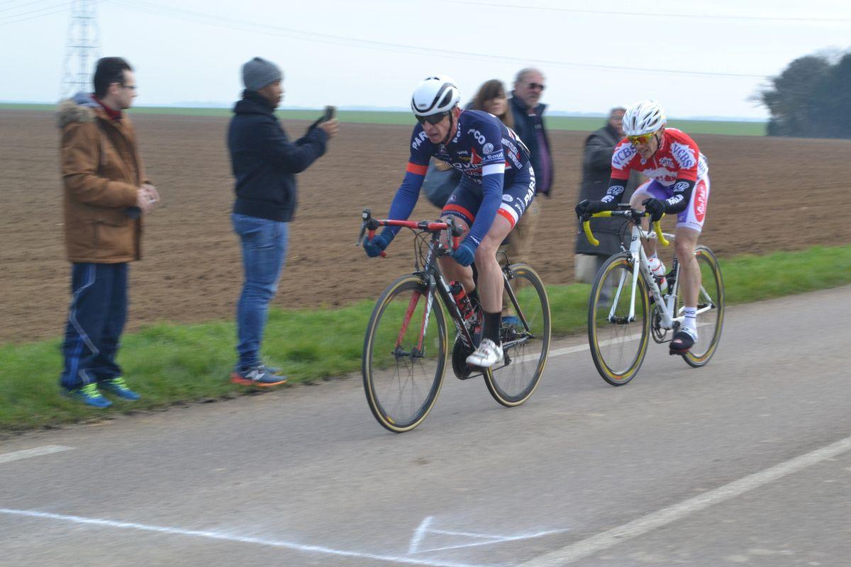 Dernier tour et victoire de Eric MARTIGNOLE (PCO) devant Matthieu ROBO (VC Chilly-Mazarin) en 2è catég.