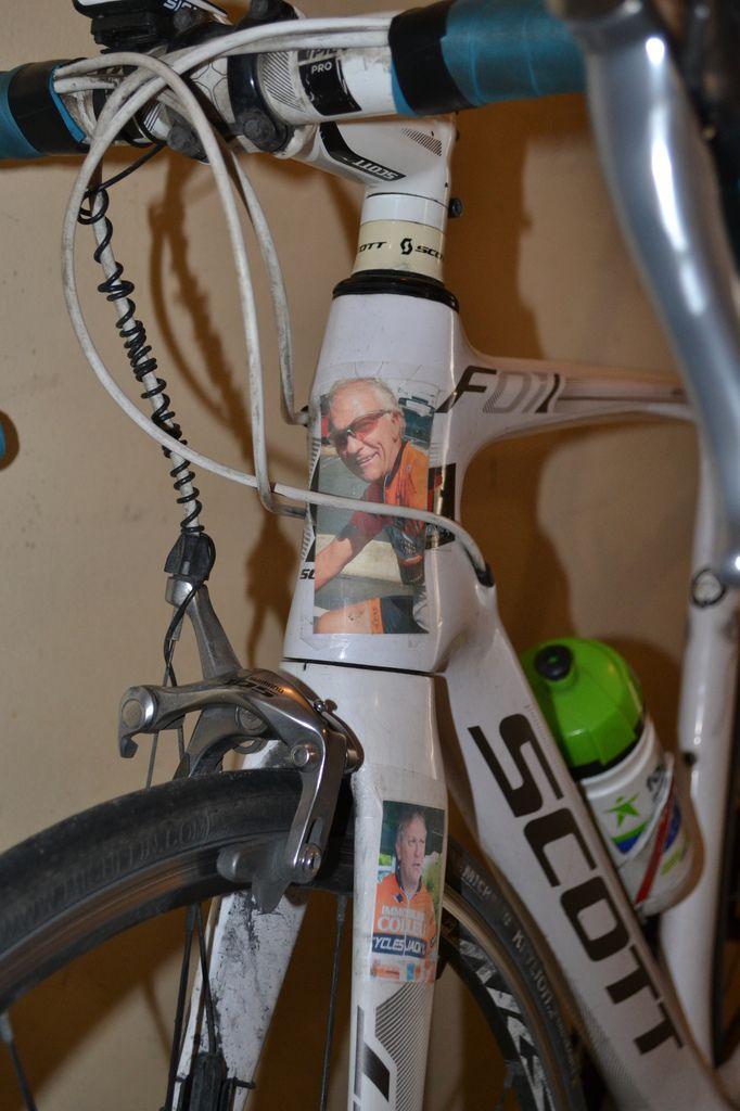 Pour ma 800ème course, je portais sur ma fourche, les photos en hommage à René NORMAND, disparu en janvier 2018.