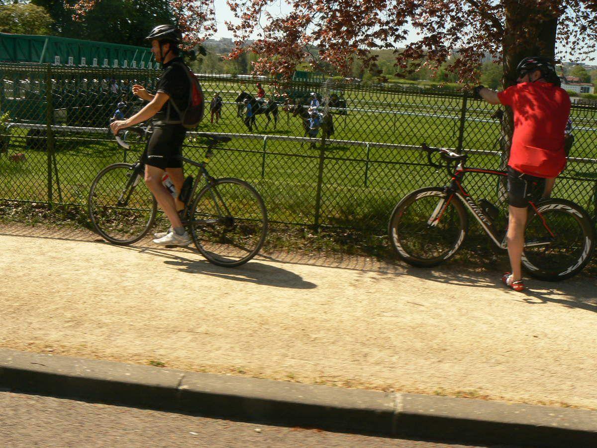 Attraction aussi au bord de la route: les départs des Courses Hippiques.