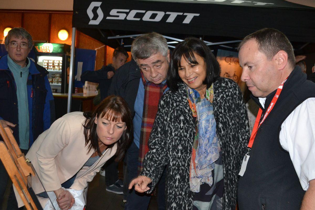 Visite de l'expo par les officiels.