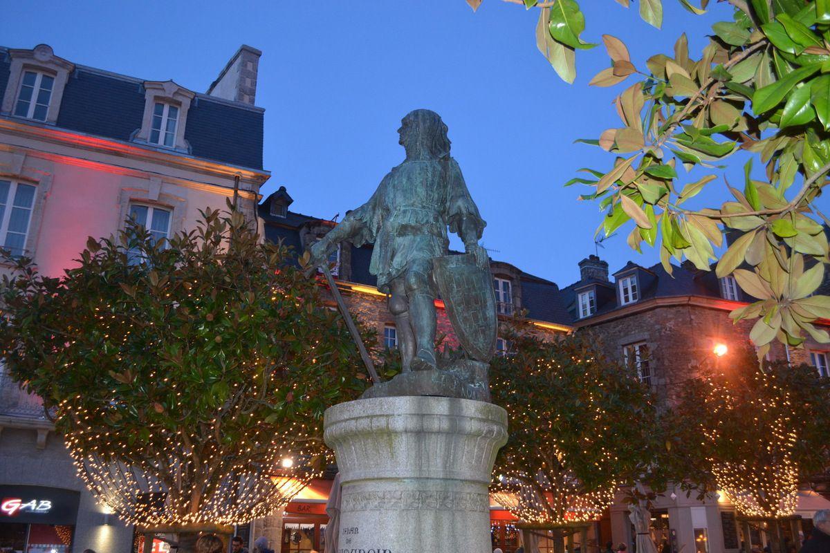 Les terrasses bondées à Noël, à Dinan, Bretagne, avec 14°.