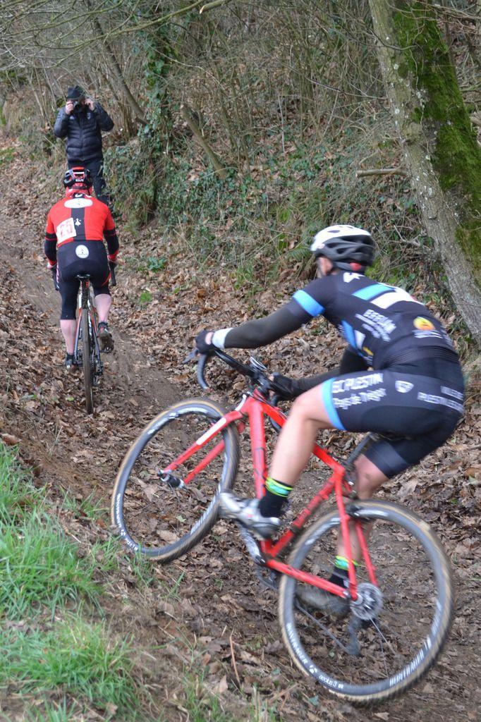 Le duel Yves Marie JOUANET (EC Plestin P Trégor)- Laurent LE ROHO (Run Bike Club) en vétérans, à l'avantage du premier nommé en noir.