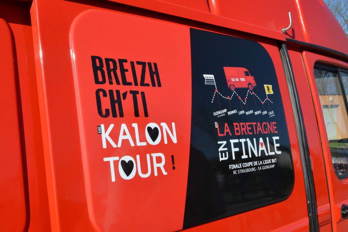 """Le convoi avec son tracteur, son """"tube"""" Citroën, et son estafette (Breizh Ch'ti Kalon Tour)"""