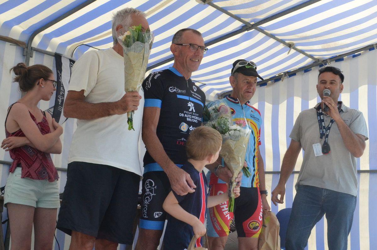 """Le podium """"5"""": 1er Philippe LANGLAIS (T Broons), 2è Michel TROTEL (Accro Cycles), 3è Roger COLAS (EC Créhen)"""