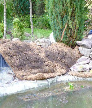Pose d'une natte en fibres de coco remplie de terre à bassin.