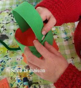 Toucan Box, une box créative pour enfant de 3 à 8 ans, mise en place de l'anse de la lanterne citrouille pour Halloween