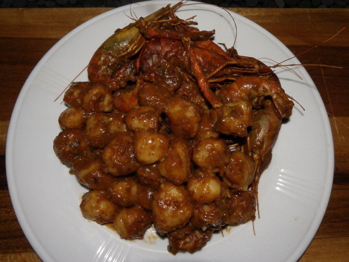 les enlever du bouillon évite qu'ils ne soient trop cuit, et surtout évite de les voir se vider, surtout si ils sont congélé, pareil pour les crabes