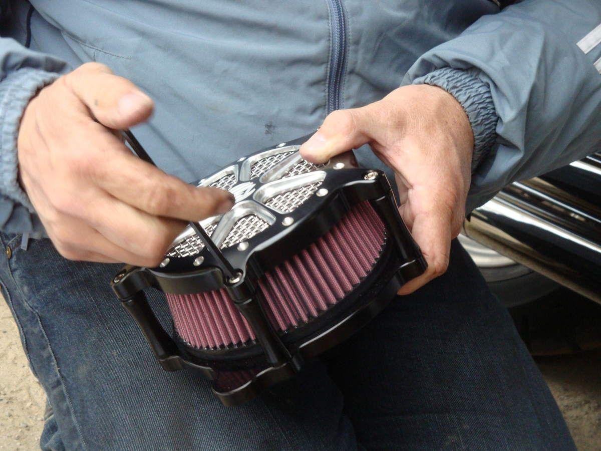 Montage d'un filtre à air RSD sur une HARLEY DAVIDSON FAT BOB