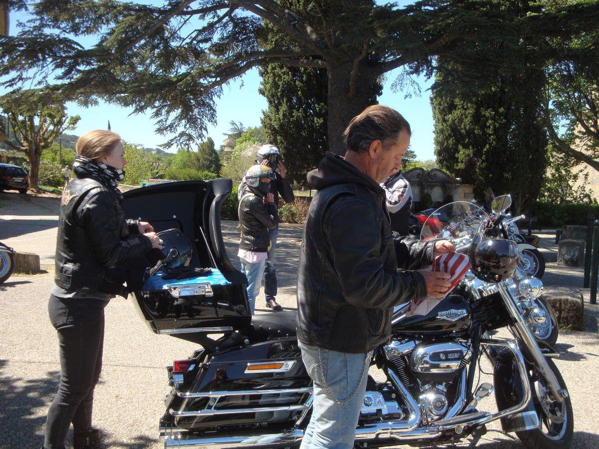 Lourmarin, l'étang de la Bonde, Ansouis, la Tour d'Aigues en Harley davidson