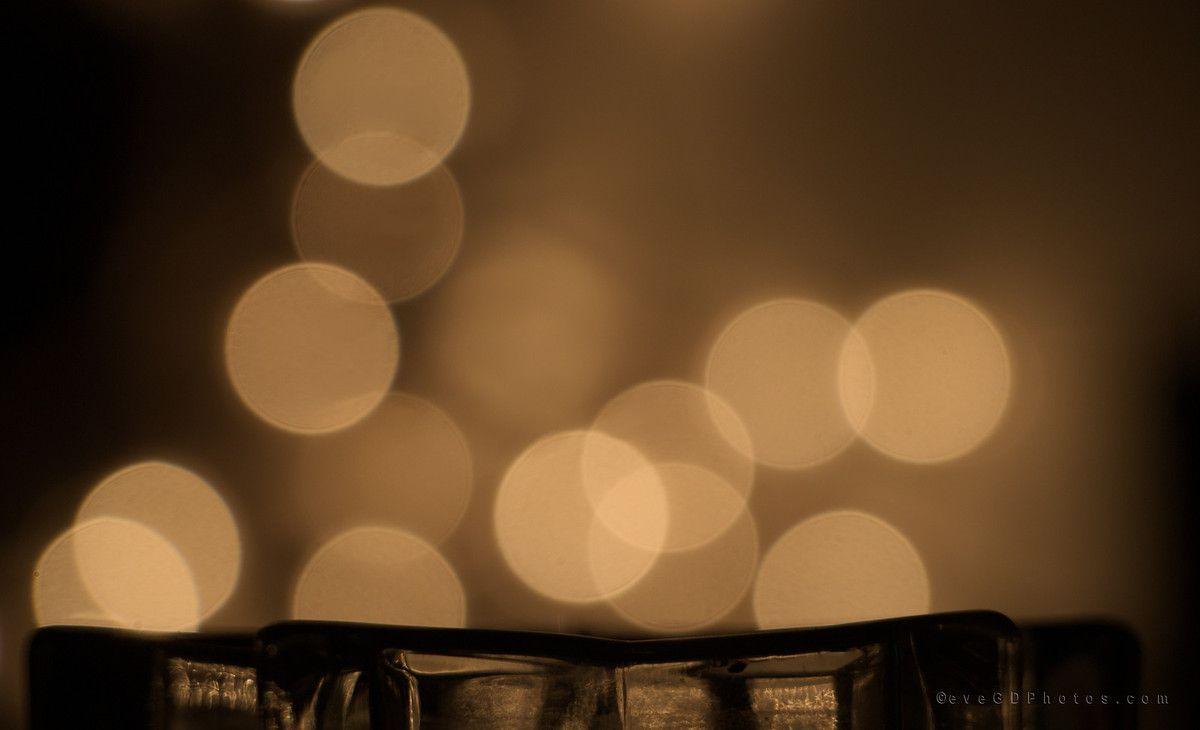Une pomme des décos de mon sapin, une bougie, un bougeoir en forme d'étoile... Lumière d'ambiance naturelle (contre-jour)