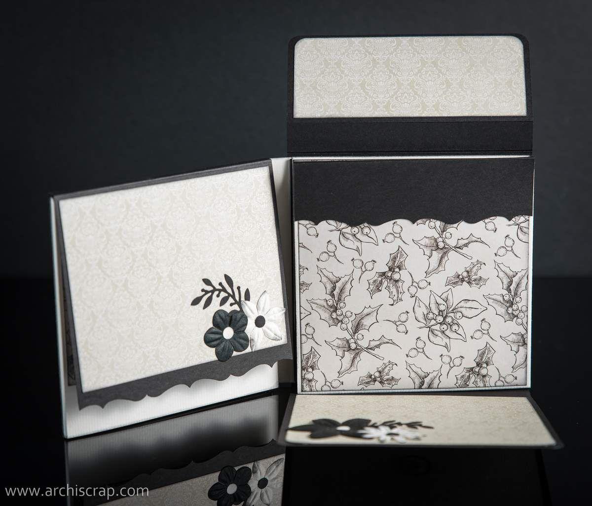 Ouverture de l'album d'abord verticale, puis le battant de gauche et enfin le battant de droite.