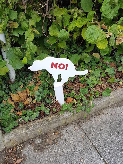 Panneau mare des crottes de chien devant votre maison