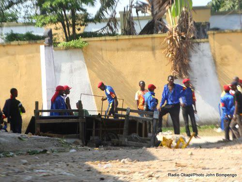 Une barrière érigée par des partisans du mouvement politico religieux Bundu Dia Mayala lors des affrontements avec la police à Kinshasa, le 14/02/2017. Radio Okapi/Ph. John Bompengo