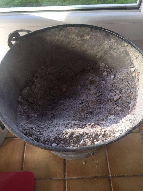 Il vous faut des cendres de bois tamisées, rien d'autre, pas de  barbecue ni autres, 150g/litre d'eau.