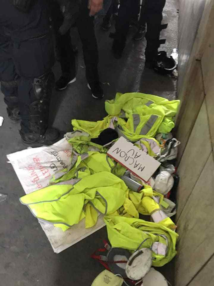 A Paris, pour pouvoir quitter la manifestation, les policiers obligeaient les manifestants en gilet jaune à jeter les gilets à terre.