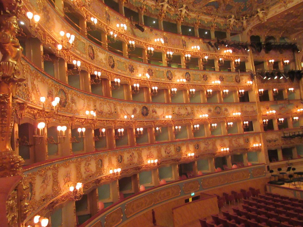 <La célébre opéra de Venise, La Fenice, qui a brülé trois fois et fut reconstruite à l'identique 3 fois,l'extérieur, les loges, un petit bijoux ravissant en or, pistache, fraise écrasé, les loges