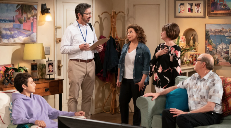 One Day at a Time (Saison 4, épisode 1) : Checking Boxes