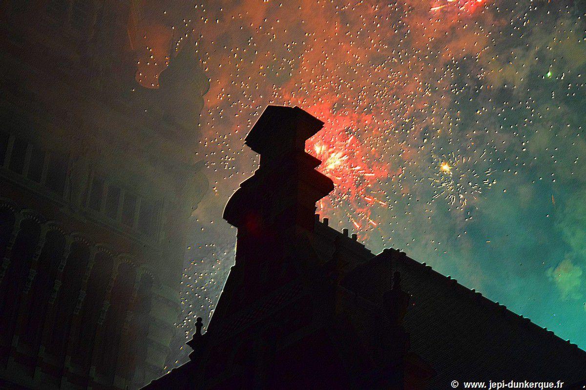 Dunkerque la Féerique-La descente du Père Noël et le feu d'artifice-Dunkerque 2017 .