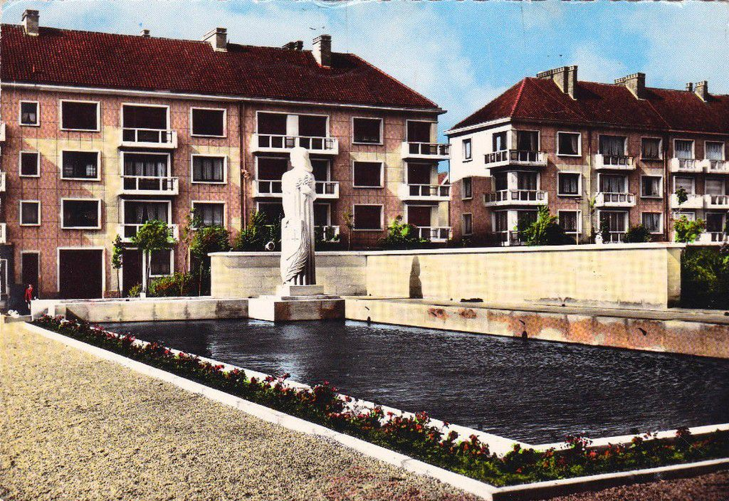 (A5) Cartes Postales Anciennes Calais Monuments aux Morts