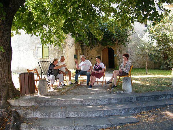 Aux heures chaudes, les discussions sous l'ombrage du tilleul de l'église. Familles Ponzio, Maurin et Bernard. 07.09.2014