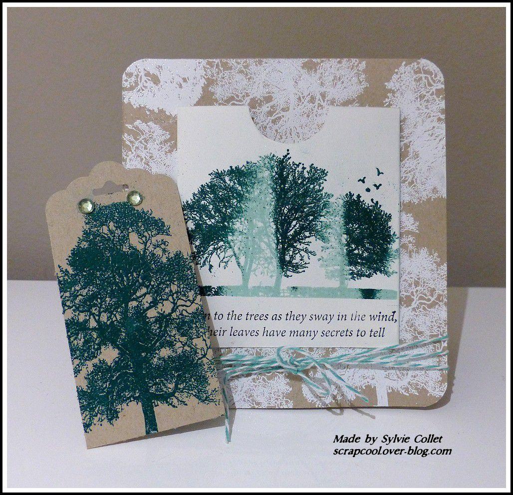 Une carte avec pochette et tag, les arbres sont embossés à chaud.
