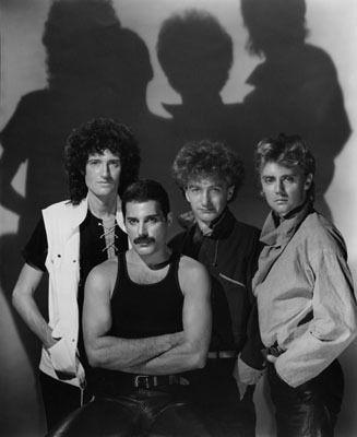 « The Show Must Go On », « We Will Rock You » ou encore « Bohemian Rhapsody » sont des chansons devenues éternelles. On les doit tous au groupe légendaire Queen. Retour sur les albums dont sont issus ces morceaux mythiques.