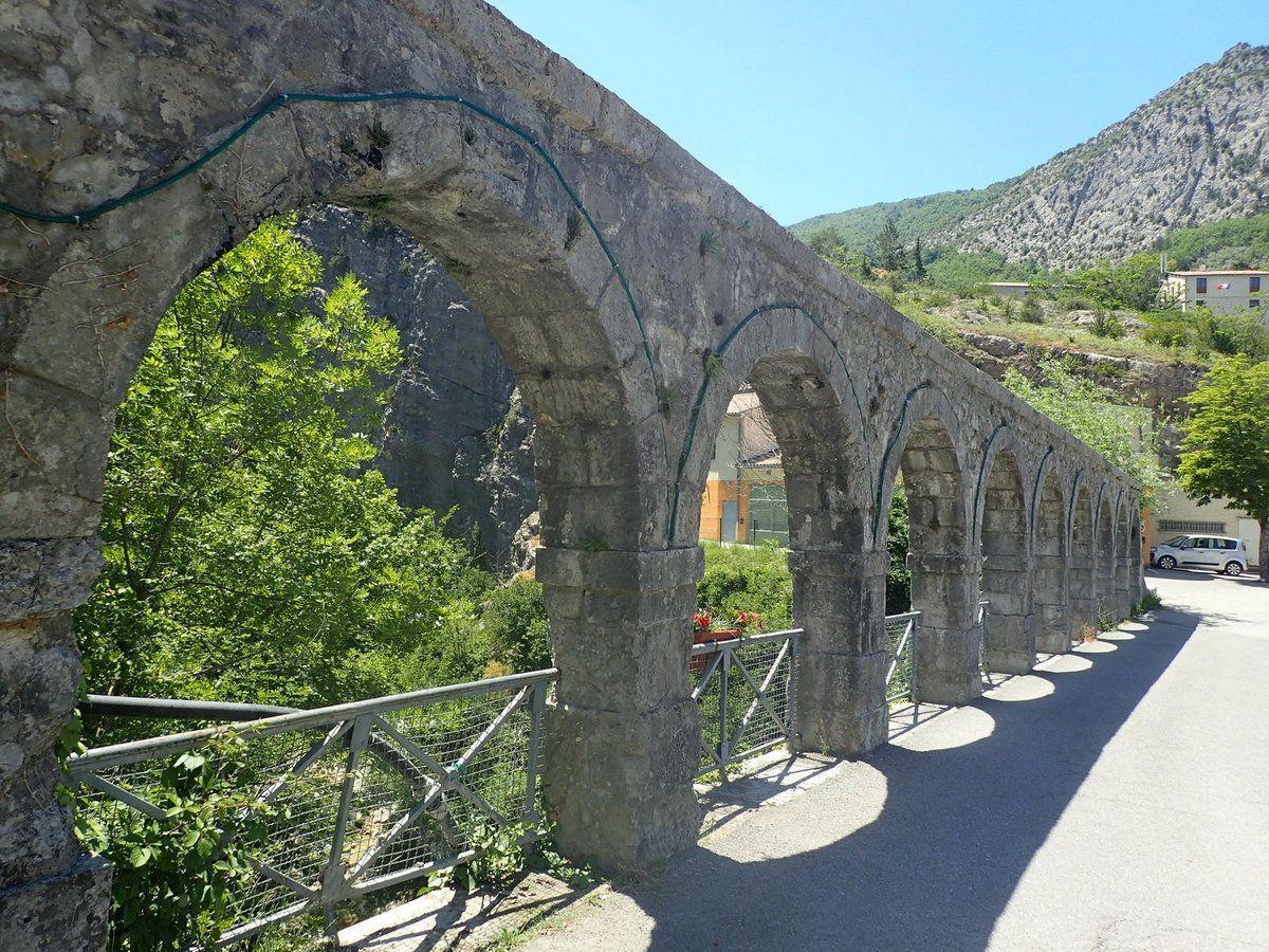 Arches d'Entrevaux en direction du terrible col de Buis par le col des Félines