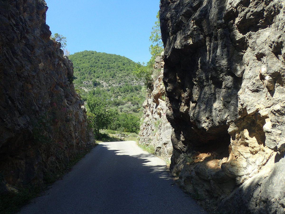 Après la route de Bay en direction de Montblanc, c'est à partir de ce passage étroit que la nature reprend ses droits