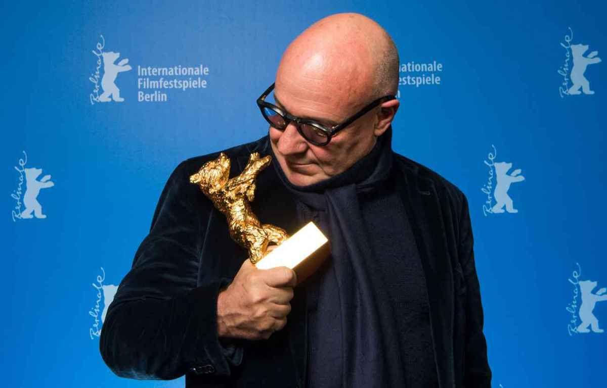 Le réalisateur Gianfranco Rosi et son ours