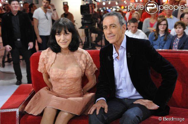 ALAIN CHAMFORT TENTE DE SE REFAIRE LA COURGE SUR LE DOS DE LIO ( BIS )
