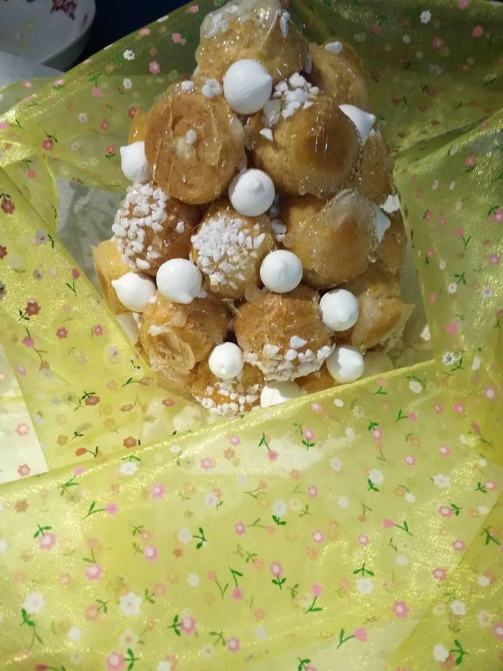 petite piece montée choux a la crème ,  caramel et mini meringues la patelière