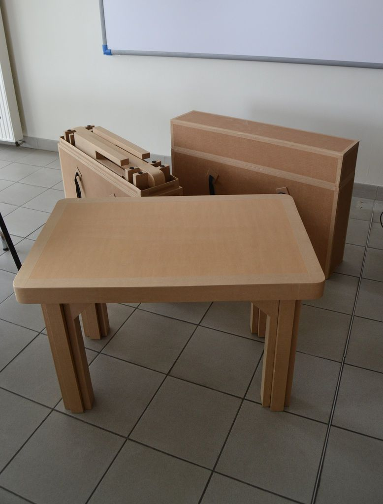 Tables et boites de transport en carton