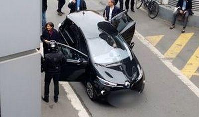 """Photos: CARADISIAC. """"Couloir de bus, bateau, voire directement sur la chaussée, la Renault Zoé d'Anne Hidalgo est régulièrement garée sur des emplacements interdits."""""""
