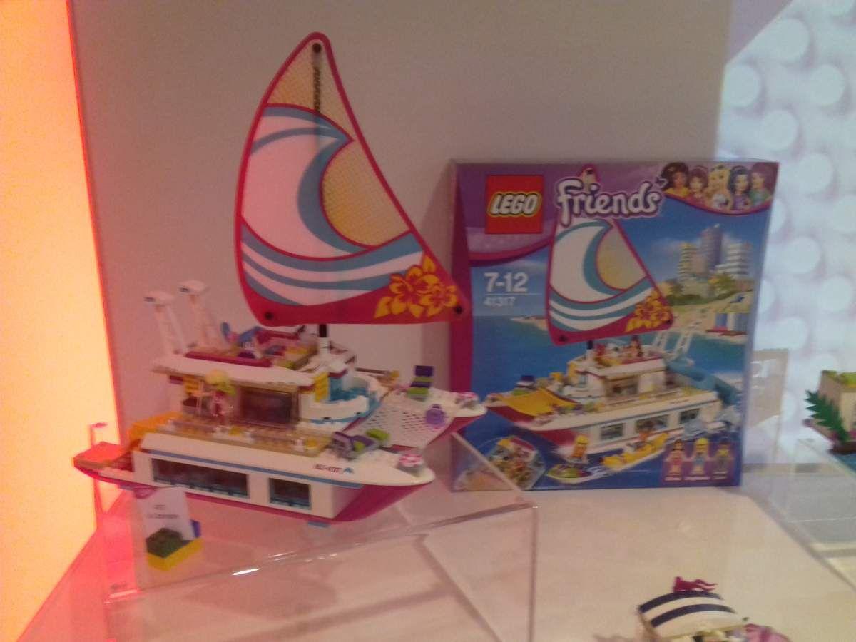 Lego Friends prend également la direction... de la mer, avec ce superbe catamaran (prix : environ 75€). On adore !