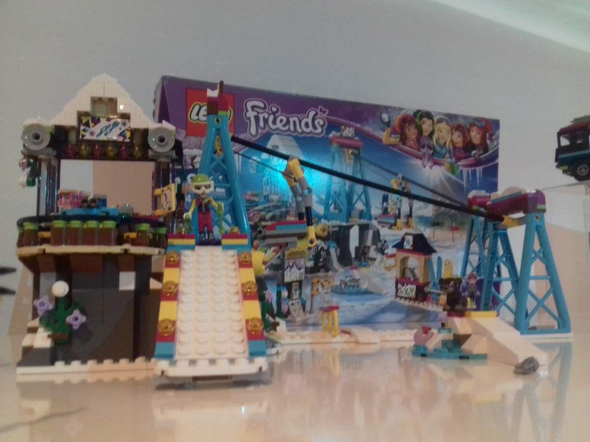 """Chez Lego Friends, mon """"coup de cœur"""" va sans conteste du côté de la gamme """"montagne"""" : direction les sommets au chalet de la station de ski (prix : environ 40€) avant d'aller s'amuser à la patinoire de la station de ski (prix : environ 30€)."""